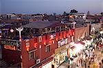 Belebte Straße bei Dämmerung, Marrakesch, Marokko, Nordafrika, Afrika