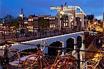Magere Brug (pont maigre) au crépuscule, Amsterdam, Hollande, Europe