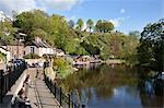 Assis au bord de la rivière au printemps, Knaresborough, North Yorkshire, Angleterre, Royaume-Uni, Europe