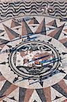 Carte de chaussée montrant les itinéraires des explorateurs portugais sous le Monument aux découvertes, Belem, Lisbonne, Portugal, Europe