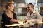Couple de détente au bar le sourire