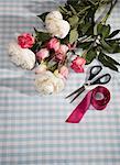 Fleurs coupées avec des ciseaux et ruban