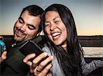 Paar im freien Nutzung von Mobiltelefonen