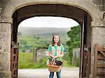 Panier de transport fille de légumes
