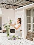 Femme arranger les fleurs dans la cuisine