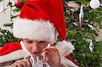 Garçon porte le bonnet de Noël, cadeau de Noël d'ouverture
