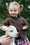 Kleines Mädchen Petting Lamm