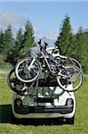 Bicyclettes chargées sur l'arrière de la voiture