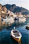 Boote im Hafen, Amalfi, Provinz Salerno, Kampanien, Italien