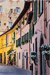 Rangée de bâtiments de couleur Pastel, Lucca, Toscane, Italie