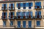 Bâtiment avec volets bleus, Arezzo, Toscane, Italie