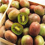 Kiste frischen Kiwi Beeren mit einem halbiert
