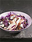 Salade de lentilles et le chou rouge avec poires, Roquefort et noix