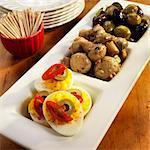 Trois partie portion plat avec Deviled oeufs, champignons marinés et Olives ; Bol de cure-dents