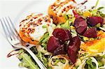 Burrata con Insalata Bietole Rosse ; Salade italienne avec fromage Burrata et betteraves