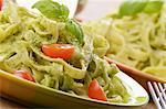Tagliatelle mit Pesto, frischem Basilikum und Tomaten