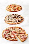 Trois Pizzas variées ; Sur fond blanc