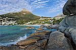 Lions Head donne sur Camps Bay, une riche banlieue de Cape Town, il est bien connu pour ses plages de sable blanc et vie nocturne. Cette faible angle vue est prise depuis les rochers à travers la baie, Camps Bay, Cape Town, Western Cape, Afrique du Sud