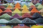Bunte Gewürze in Spice Bazaar, Eminonu, Istanbul, Türkei