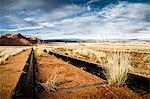 Chemin de fer rouillé s'éloigne dans le désert, le désert du Namib, Aus, Karas, Namibie