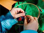 Gros plan de childs mains couture