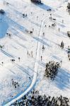 Vue aérienne du chemin couvert de neige en hiver