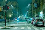 Vue de la nuit d'une rue de ville vide