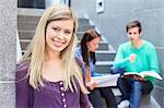Porträt einer jungen Studentin mit Freunden studieren auf Schritte im Hintergrund