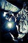 Porträt von Mitte erwachsenen Mann mit seinen Kindern Höhle erkunden