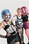 Portrait de groupe des jeune femelle punk avec debout couple senior en arrière-plan