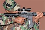 Soldat de US Marine Corps masculin avec fusil d'assaut M4 à fond marron