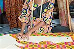 Partie centrale du modèle suivi créatrice de mode féminine sur toile avec la craie
