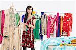 Belle couturière femme indienne à la recherche de suite alors qu'il travaillait sur le costume traditionnel