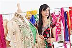 Jolie indienne couturière femelle à la recherche de suite alors qu'il travaillait sur le costume traditionnel