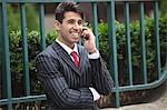 Jeune homme d'affaires indien sur appel contre le guide