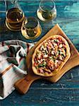 Pizza artisanale et vin blanc