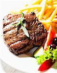 Gegrilltes Beefsteak mit Pommes frites und Salat