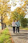 Mature femme qui marche avec le père Senior en automne, Lampertheim, Hesse, Allemagne