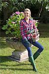 Pot de fleurs comptable femme au jardin