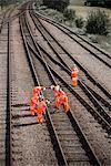 Cheminots examinant des voies ferrées