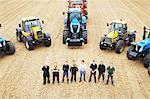 Agriculteurs avec des tracteurs dans le domaine de la culture