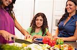 Soeurs de cuisine ensemble dans la cuisine