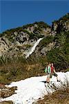 paar Wandern und machen im Bereich der Schnee brechen