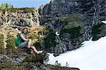 glückliche Frau Wanderer in Mountainuos Landschaft
