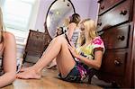 Mädchen sitzen Schlafzimmer Stock mit digitalen tablet