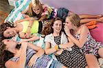 Mädchen liegend auf dem Bett, schwätzen