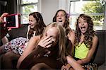 Gruppe von Mädchen mit Handy fotografierte