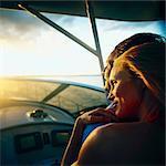 Woman relaxing auf der Schulter des Mannes am Boot bei schwachem Licht
