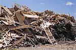Tas de bois mis au rebut au site de gestion des déchets