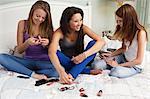 Weibliche Teenager mit Nagellacke